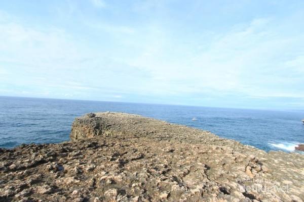 Penamaan pantai ini berasal dari batu yang memanjang dan datar atau leter dalam bahasa jawa