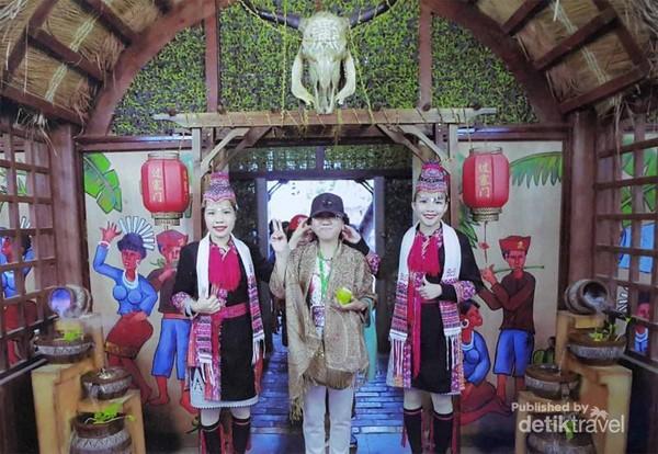 Pegang telinga, cara memberi salam suku minoritas Li dan Miaw
