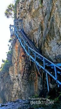 Sampai di lokasi dan bisa dibayangkan 700 anak tangga yang kita lewati tidak sebanding dengan pemandagan ini, 30 tangga terakhir terbuat dari kayu, maka harus pelan-pelan menuruninya