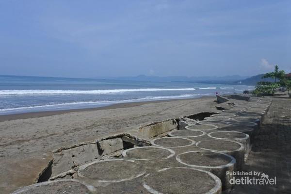 Tanggul di Pantai Citepus
