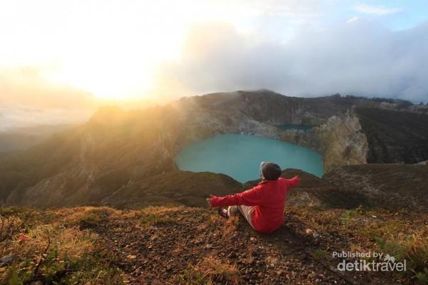 Sunrise dengan latar belakang kawah Kelimutu yang memesona