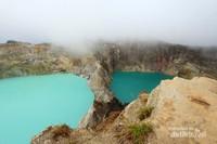 Danau kawah Kelimutu yang dapat berubah-ubah warnanya