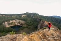 Terdapat tiga kawah aktif di Gunung Kelimutu dan mempunyai warna yang berbeda-beda