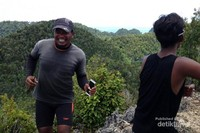 Siapkan moodbooster pribadimu. Island hopping dengan jarak yang cukup jauh kadang bisa menimbulkan rasa bosan. Isi dengan kegiatan yang kamu suka. Joget-joget mungkin?