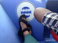 Gunakan alas kaki yang sesuai.Sandal gunung satu-satunya pilihan. Tak bisa ditawar.
