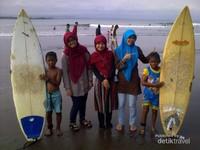 Di Batu Karas. Kecil-kecil jago surfing!