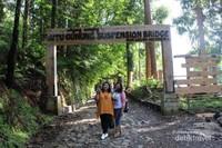 Gerbang jembatan gantung yang terletak dekat tempat parkir .