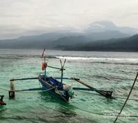 Kapal nelayang sebagai transportasi Tembakak-Pulau Pisang