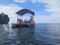 Glass bottom boat kami yang bernuansa pink dan bergambar hello kitty
