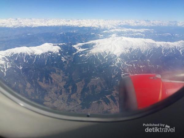 Pegunungan Himalaya dengan salju dilihat dari atas wilayah Kashmir