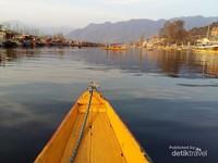 Danau Dal dengan deretan houseboat dan deretan shikara