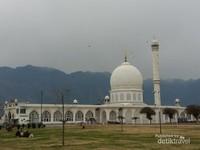 Mesjid Hazratbal yang bersejarah di Srinagar