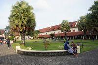Taman hijau yang asri terdapat di tengah bangunan