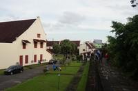 Fort Rotterdam dapat dikelilingi dengan menyusuri tembok benteng setinggi 5 meter