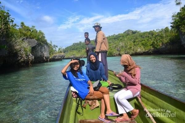 Di Perahu Sekitar Pulau Bair