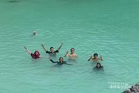 Berenang di Pulau Bair