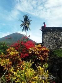 Benteng Torre dengan latar Gunung Kie Matubu yang dikeramatkan oleh rakyat Pulau Tidore