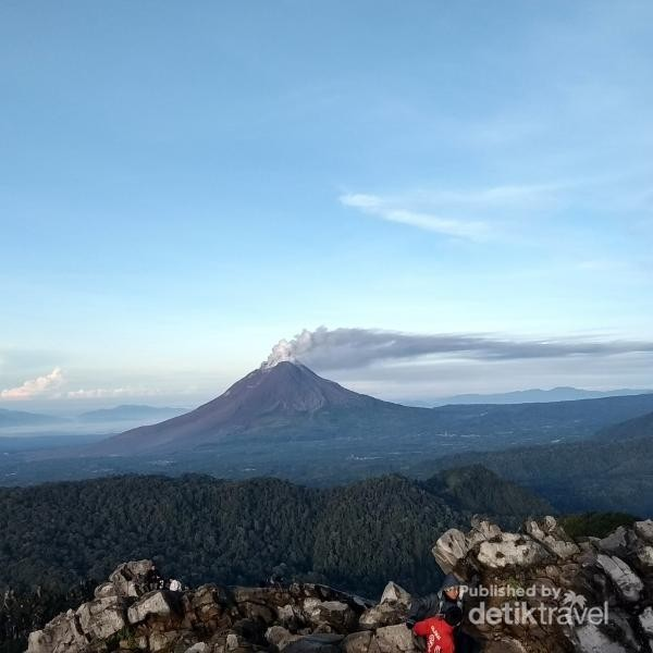 Gunung Sinabung kala pagi itu memuntahkan awan panas