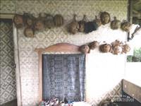 Hasil karya anak-anak dalam membuat patung dari buah kelapa kering