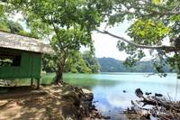 Terdapat sebuah pondok kecil tepat di tepian danau