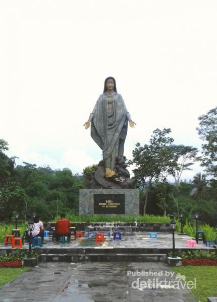 Patung Bunda Maria menjulang tinggi