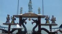 Dewi Kwan Im..berdiri anggun dengan latar lautan