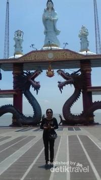 Berfoto dengan latar keanggunan patung Dewi Kwan Im