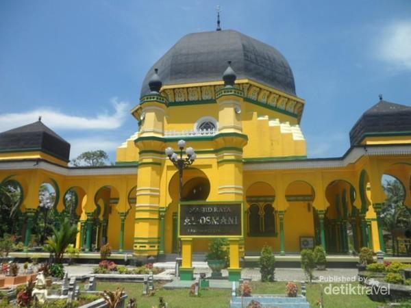 Masjid Raya Al Osmani dari Jalan Kol. Yos Sudarso