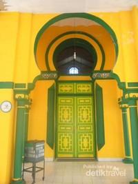 Pintu utama yang bercorak bangunan Timur Tengah dan India