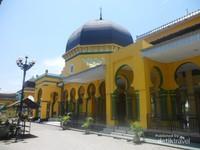 Gaya bangunan mesjid dengan ornamen dipengaruhi gaya Timur Tengah dan India