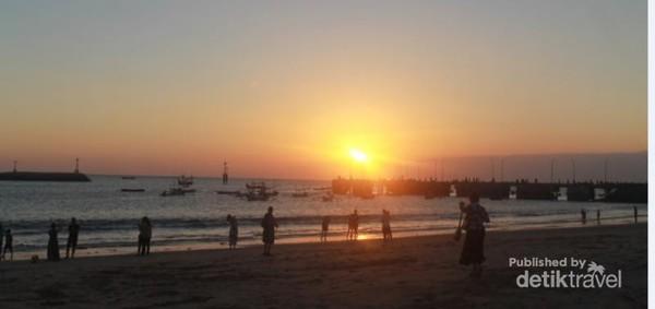 Suasana sunset di pinggir pantai