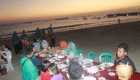 Makan malam di pinggir pantai ditemani live music