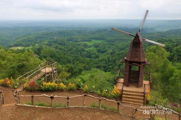 Hamparan pemandangan dari Puncak Songgo Langit dengan dihiasi Kincir Angin di salah satu sudut Puncak Songgo Langit.
