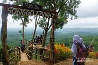 Gardu pandang Puncak Songgo Langit untuk menikmati pemandangan.