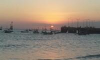 Matahari tenggelam ke peraduannya, para nelayan berlabuh di dermaganya