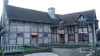 Rumah tempat kelahiran Shakespeare terletak di Henley Street, Stratford-upon-Avon, Inggris