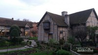 Rumah yang sebagian bangunannya berupa kayu ini memiliki halaman yang cukup luas dan hijau