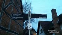 Kota yang terletak di Sungai Avon ini terkenal karena merupakan kota kelahiran William Shakespeare