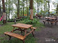 Meja di bawah pepohonan di kawasan Dancok Cafe, Malang