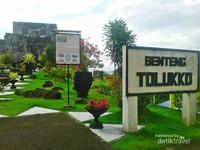 Benteng Tolukko terletak diatas bukit dengan latar belakang Pulau Halmahera, Tidore dan Maitara.