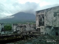 latar belakang Benteng Tolukko berhadapan dengan Gunung Gamalama.