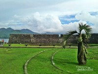 Benteng kalamata memiliki halaman yang sangat luas dibanding benteng-benteng lain di ternate.