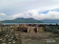 Pemandangan benteng kalmata yang menghadap langsung ke laut sangatlah indah.