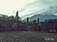 Latar belakang benteng kalamata dengan puncak gunung Gamalama.