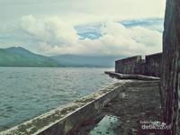 Benteng Kalamata berbatasan langsung dengan laut.