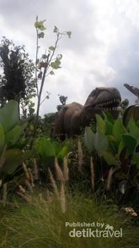Awas ada T-rex di taman!