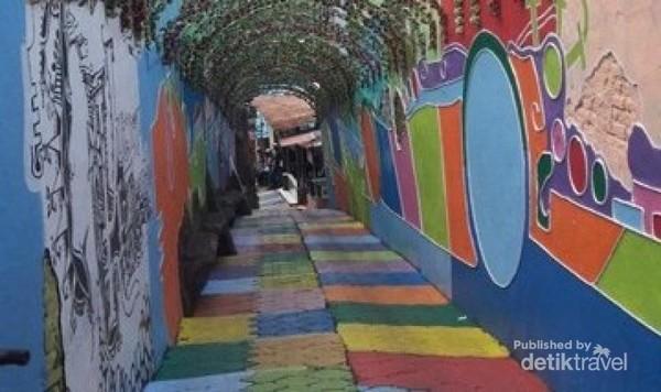 Jalan memasuki kampung warna-warni