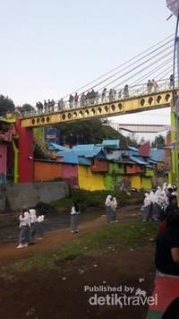 Jembatan Kaca Ngalam untuk menyebrangi Sungai Brantas