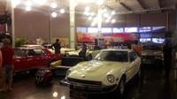pameran mobil antik di bagian atrium