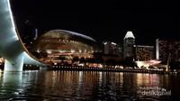 Gedung Esplanade yang berkilauan cahaya di malam hari